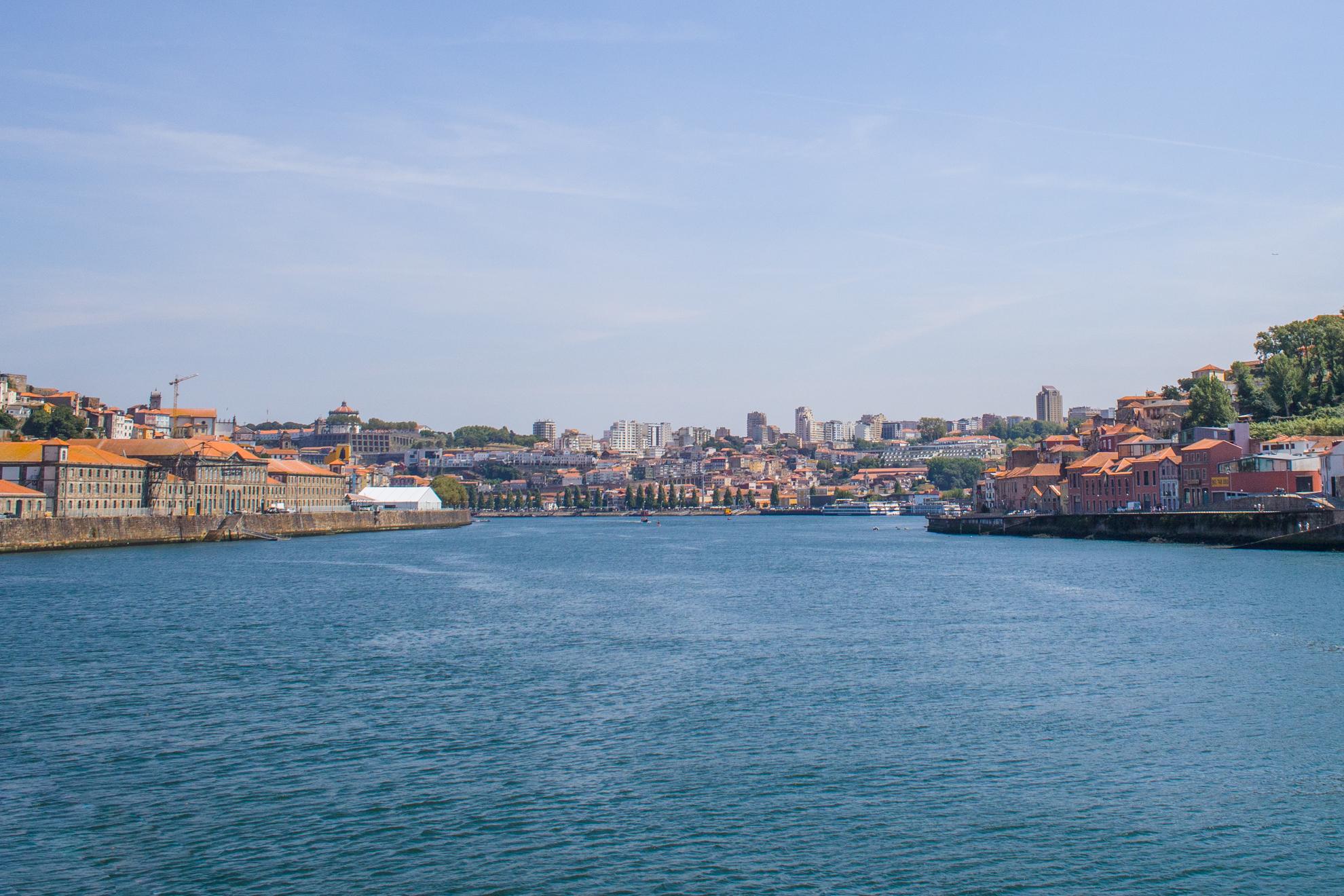 Barrio Miragaia a la izquierda de la imagen, con el edificio Alfândega do Porto en la costa de la avenida. En el lado derecho de la foto, al sur del río Duero podemos ver Vila Nova de Gaia ...