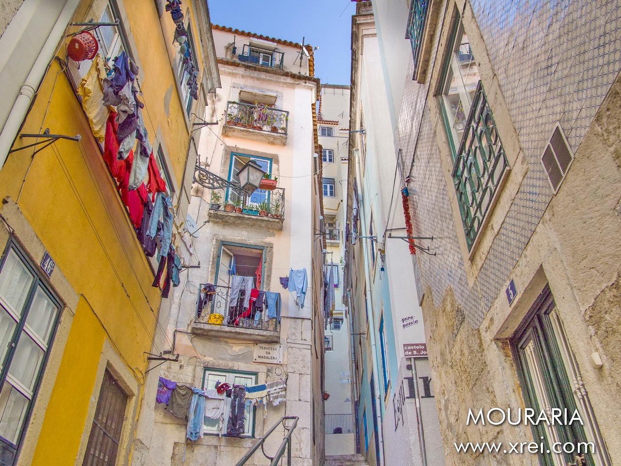 Mouraria is a neighborhood of labyrinthine streets, with buildings built on the hillside, with different colors and diverse environments.