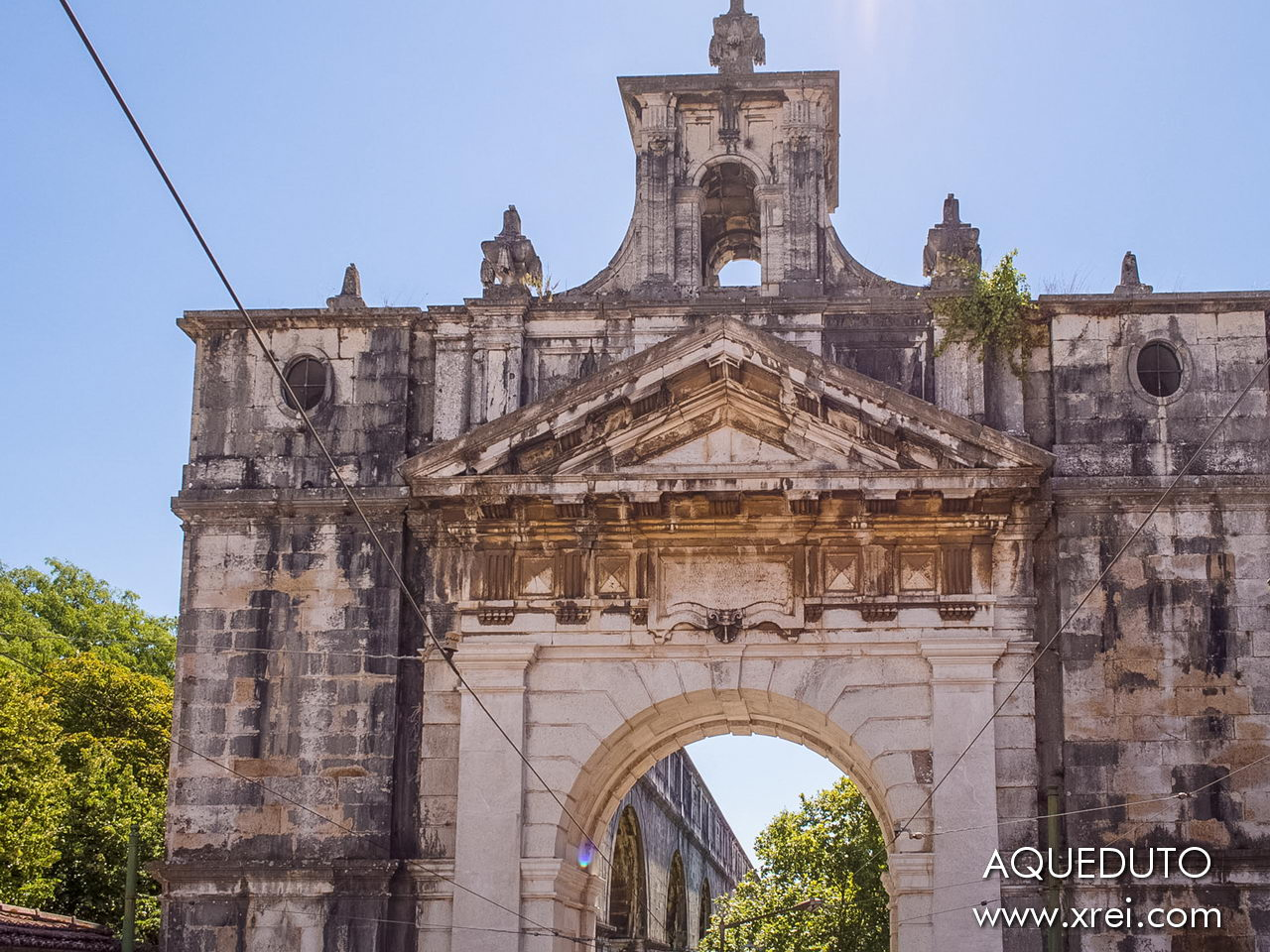 The Águas Livres Aqueduct, built between the 18th and 19th centuries, supplies water to Lisbon in a total network of 58 km of aqueduct, with the action of gravity, in which the main branch has 14km, from Mãe de Água Velha in Casal de Cambra to Campo de Ourique