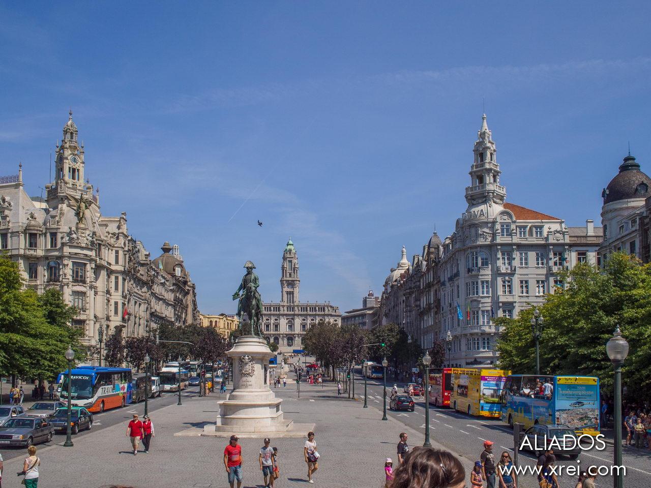 Avenida dos Aliados, la avenida principal de Porto, local al edificio del Ayuntamiento de Porto; el Palacio de las Cardosas; la Estatua de Porto; la estatua de Almeida Garrett; la estatua ecuestre de Dom Pedro IV; y la antigua sede del Café Imperial.