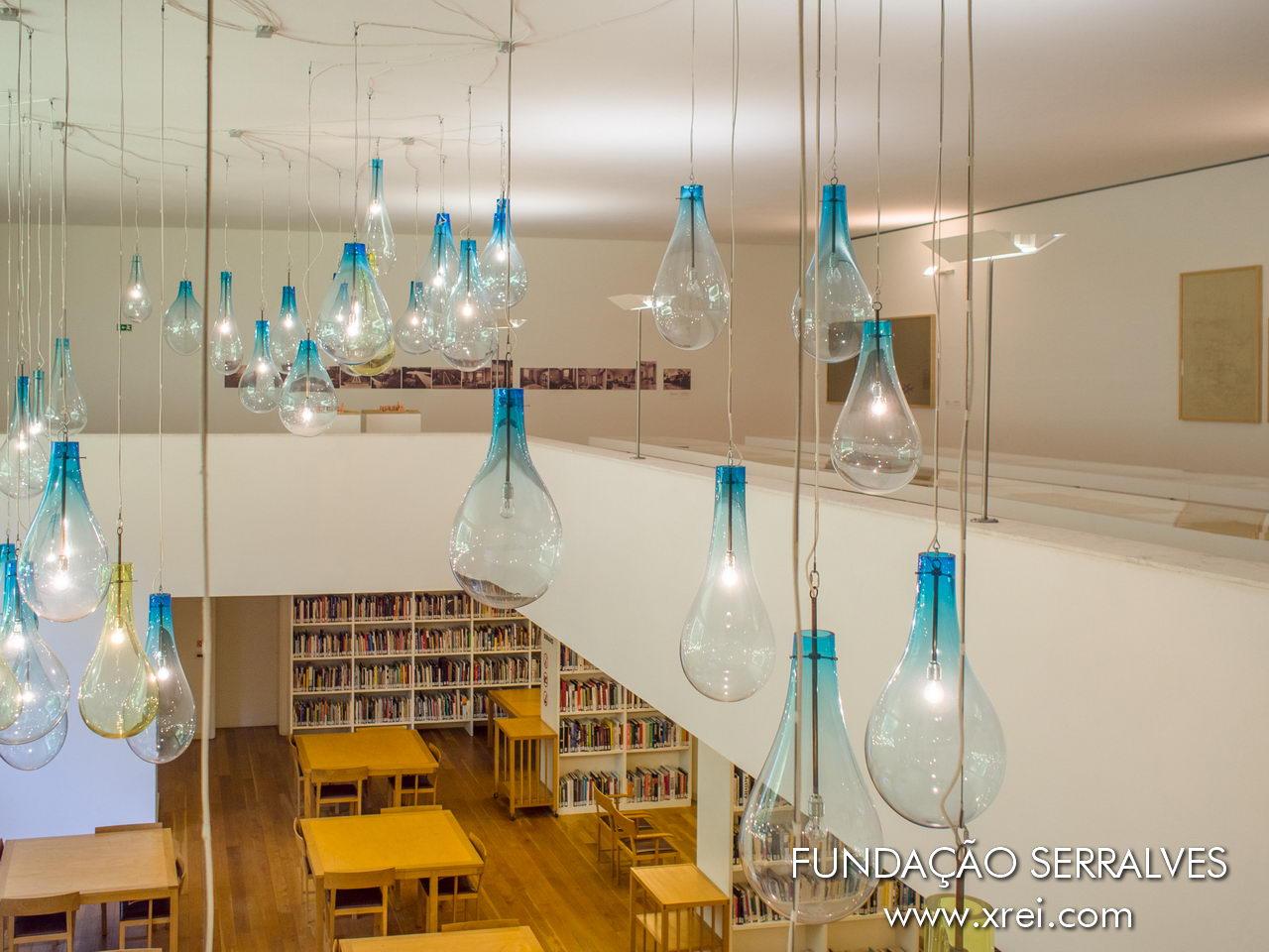 Biblioteca Serralves, con espacio de lectura con luz natural y vistas al jardín