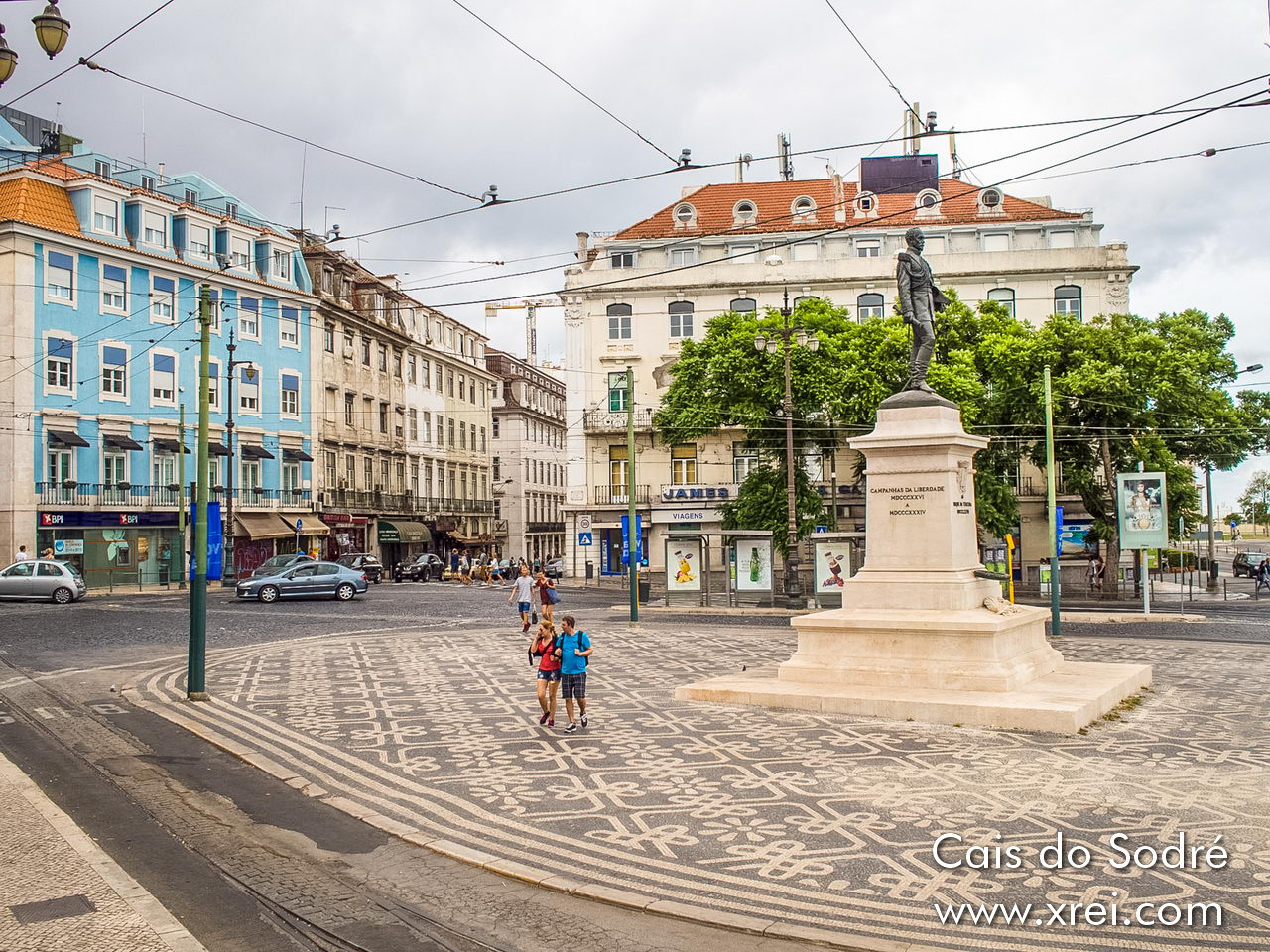 Cais do Sodré has harmonious architecture buildings, good infrastructure, and is a connection point to the main districts of the city center, being within walking distance of Bairro Alto, Chiado, Terreiro do Paço and other central districts