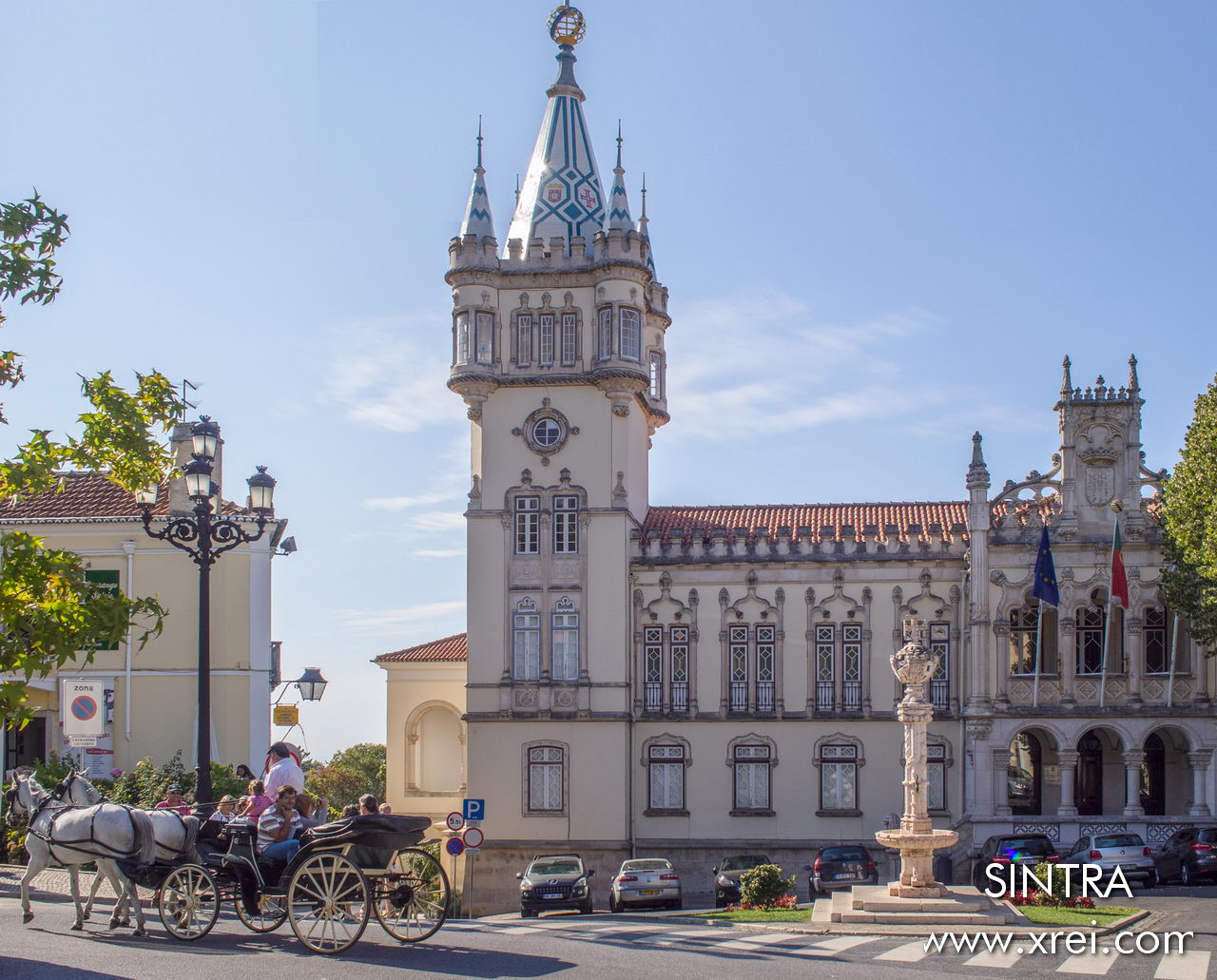 The building of the Paços do Concelho de SIntra was built between 1906 and 1909, with imposing facades with neo-Manueline windows. On the main elevation there is a tower with a pyramidal roof covered with tiles, representing the Cross of Christ and the National Shield, and an armillary sphere at the top. Inside there is a cloister with balconies decorated in neo-Manueline and Renaissance style