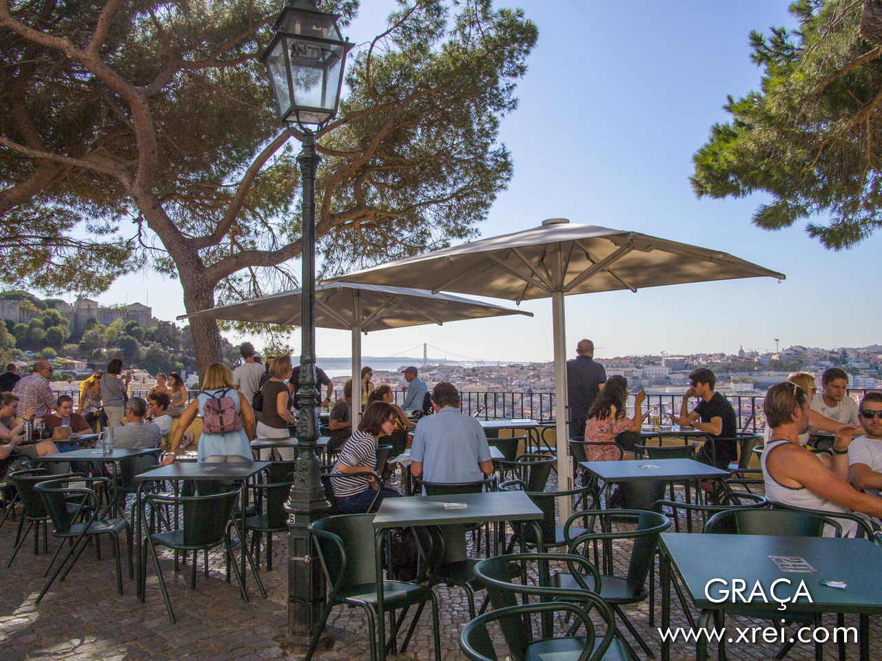Esplanade of the Graça viewpoint bar, overlooking the city and opportunity to enjoy the panoramic view over the city of Lisbon