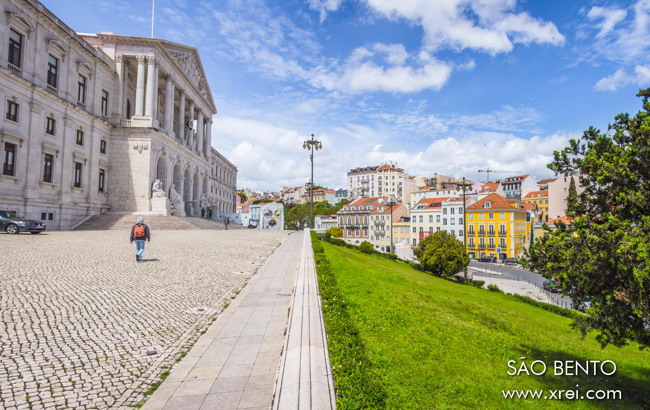 The entrance to the São Bento Palace is opposite the São Bento neighborhood, an old neighborhood in Lisbon that has seen its buildings renovated, with a quiet and elegant atmosphere