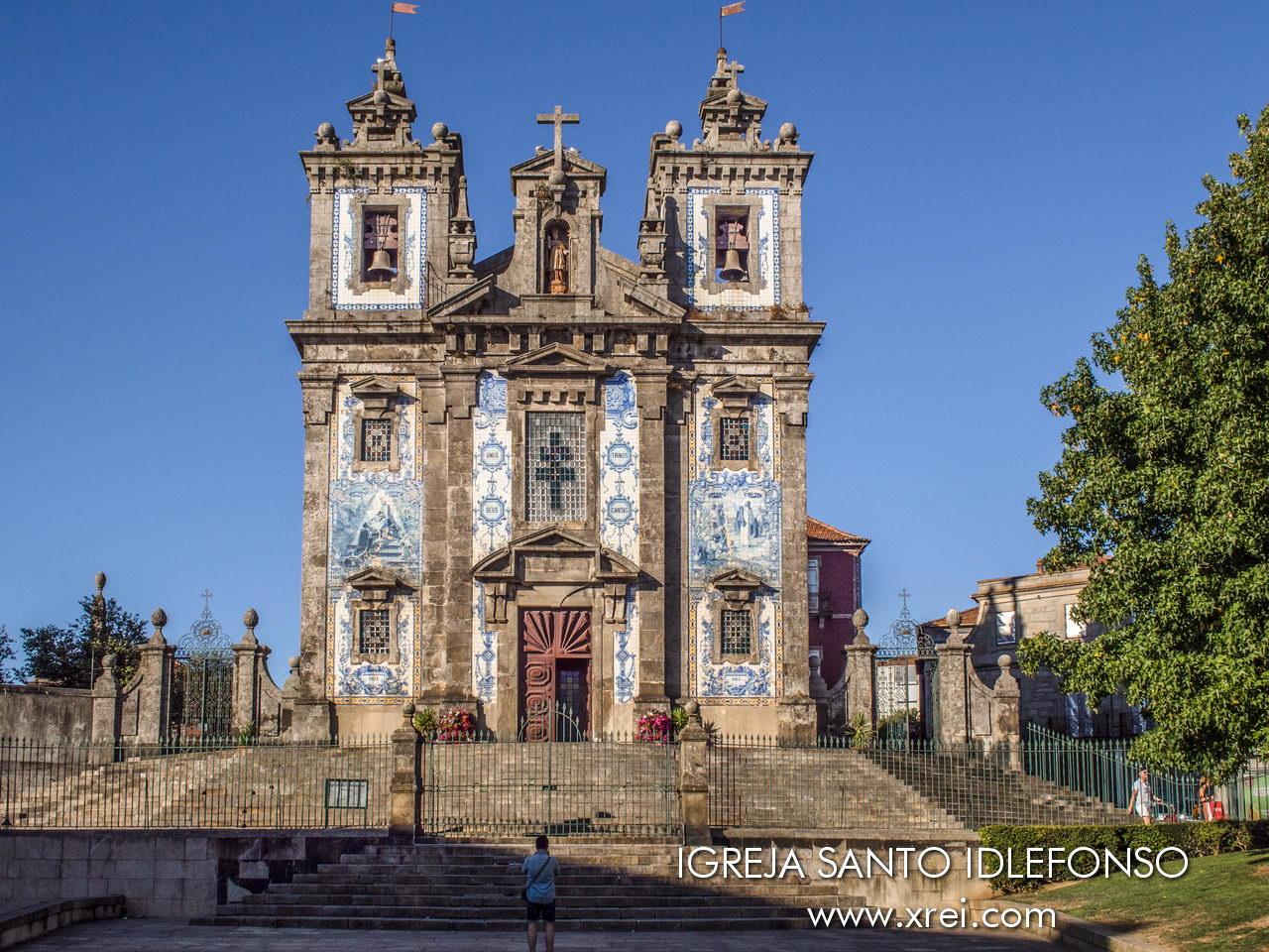 Iglesia de Santo Ildefonso, con una fachada con más de 11 mil azulejos que representan escenas de la vida de Santo Ildefonso y pasajes del Nuevo Testamento, escrito por Jorge Colaço