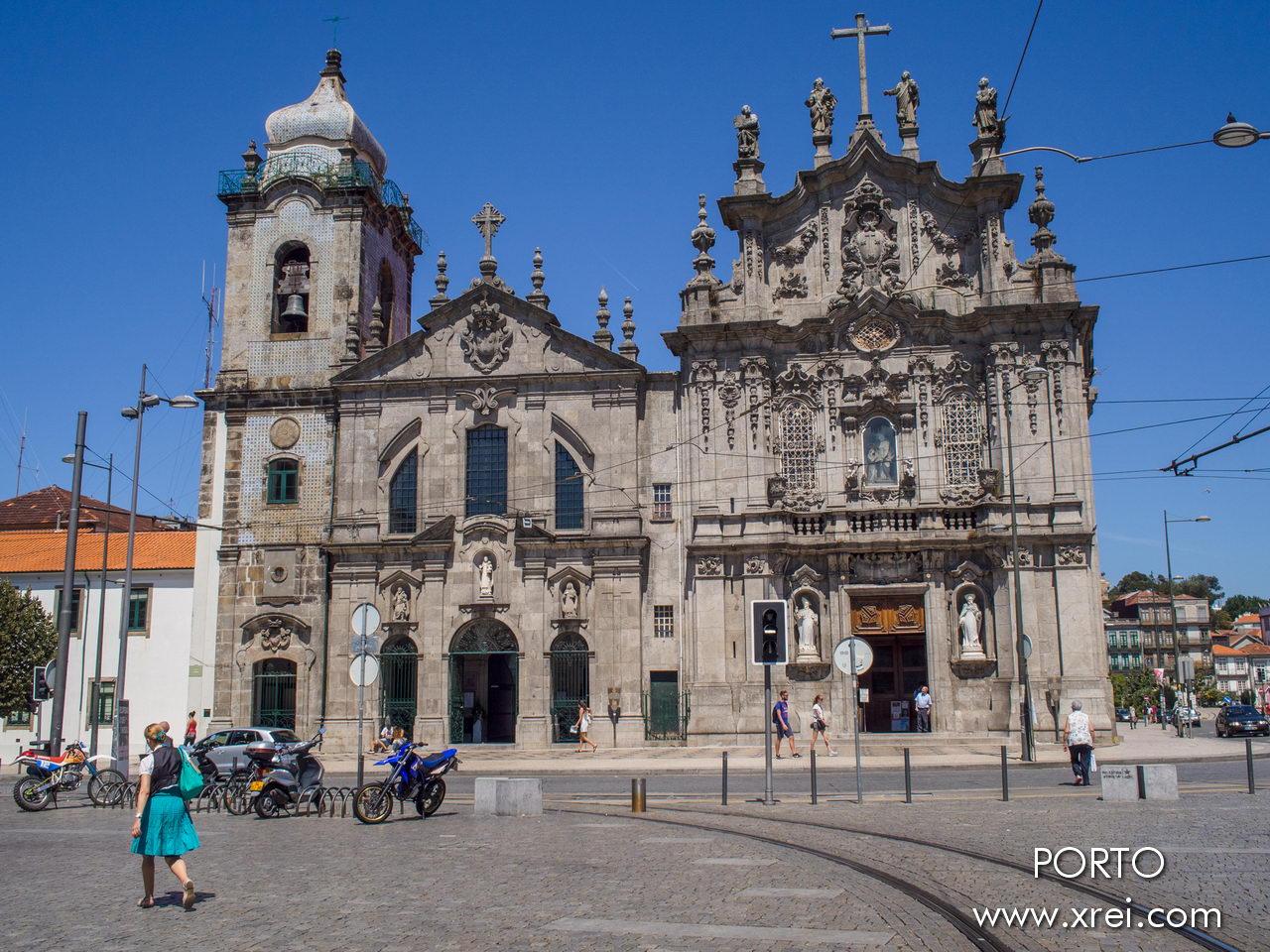 Igreja do Carmo a la derecha, la iglesia de los Carmelitas desnudos a la izquierda y Casa Escondida, considerada la casa más estrecha de Oporto, ubicada entre las dos iglesias, la podemos identificar por la puerta de entrada y la barandilla verde, y las dos ventanas en la fachada