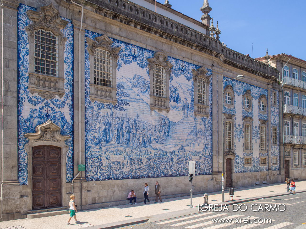 Fachada lateral de la Iglesia Carmo en Oporto, con temas de episodios del catolicismo representados en pintura de azulejos