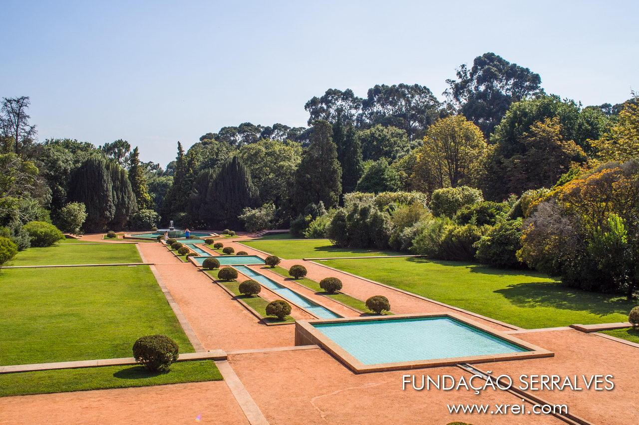 El jardín de la Casa Serralves, una zona de césped con cascada de agua y una fuente, rodeada por el Parque Serralves,