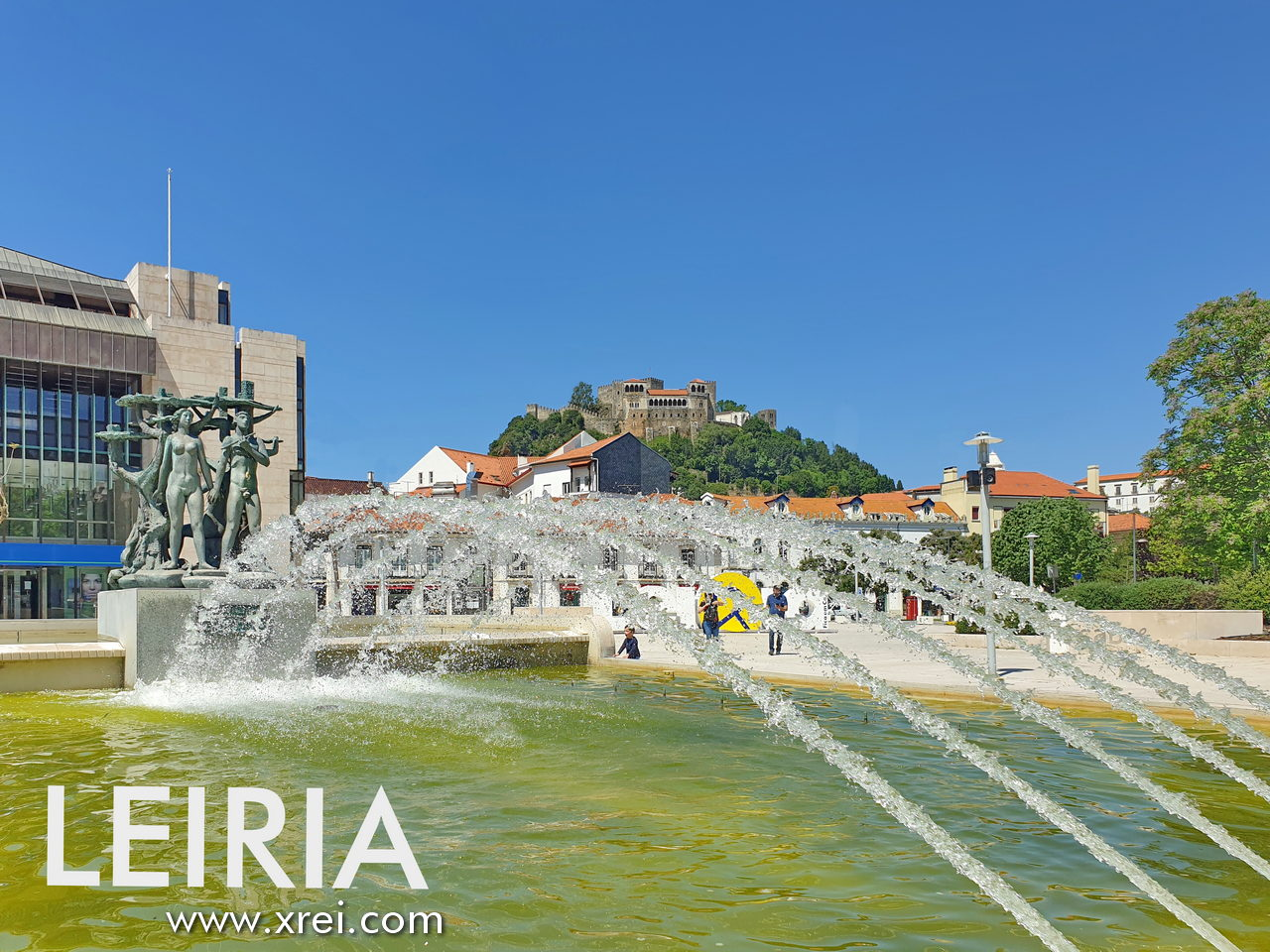 """Praça Damião Goa Damão e Diu, with the light source in the center of the city of Leiria, the bronze sculpture, alluding to the Lena and Lis Rivers, Lena being a tributary of the Lis that is born in Serra Daire and empties """"in the city of Leiria"""" , while Lis is born near Leiria, in the place of Fontes, in the parish of Cortes, it crosses the city and will flow into the Atlantic north of Praia da Viera de Leiria."""