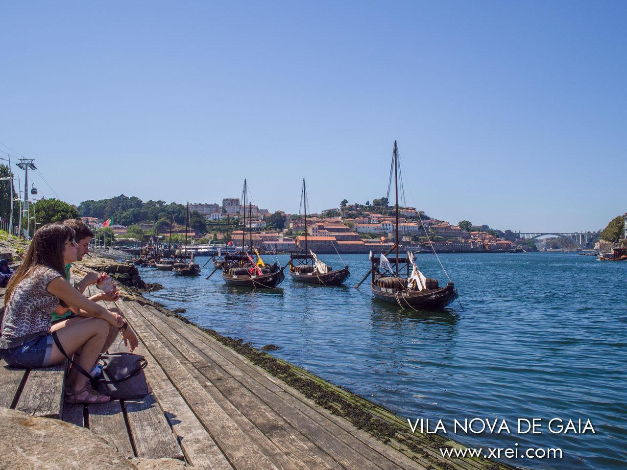 Costa de Vila Nova de Gaia frente a la zona de las bodegas de vino de Oporto, los barcos Rabelos en el río Duero y el puente de Arrábida en el horizonte