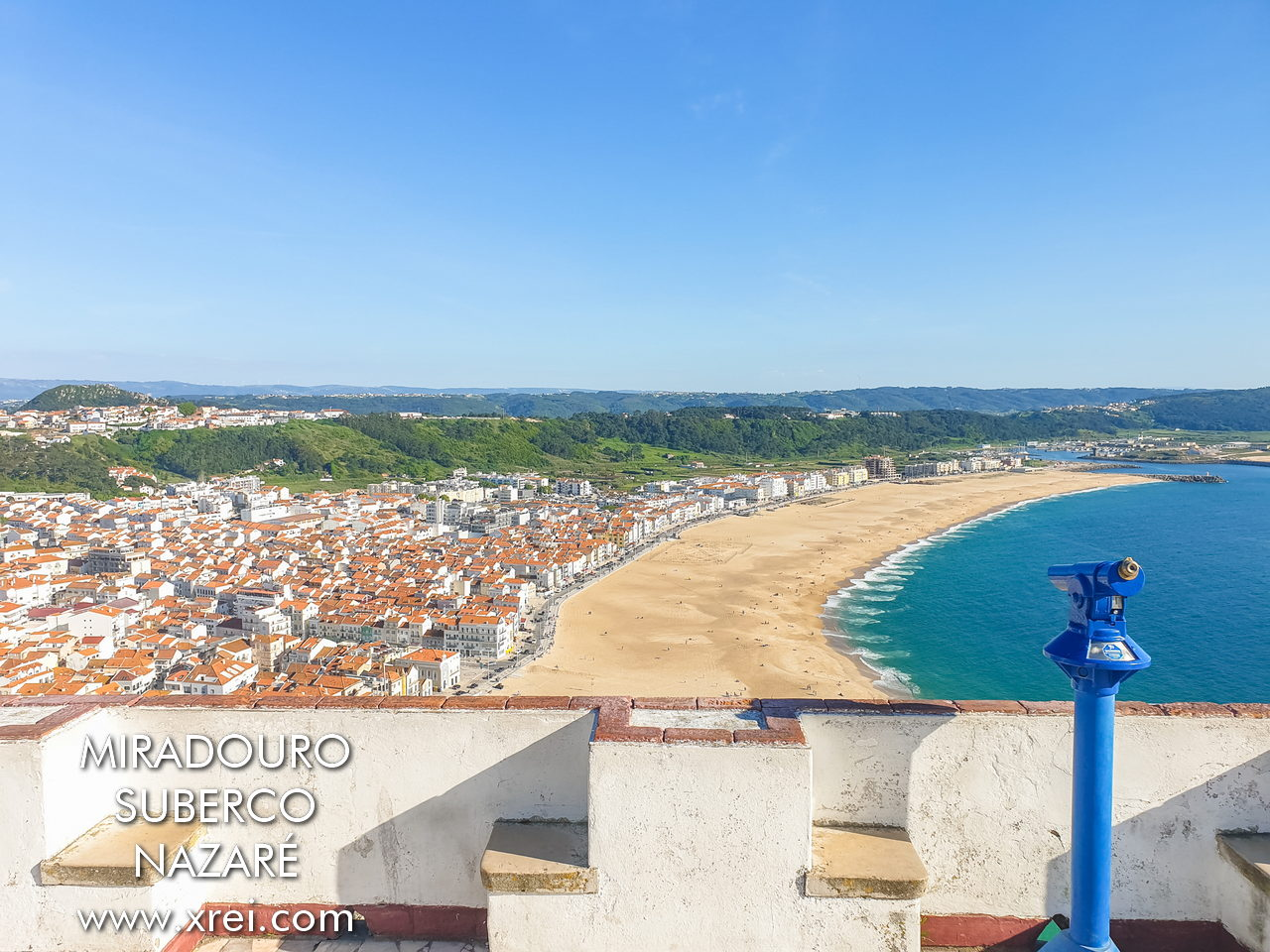 Suberco viewpoint with a view of Nazaré beach and the port of Nazaré in the background
