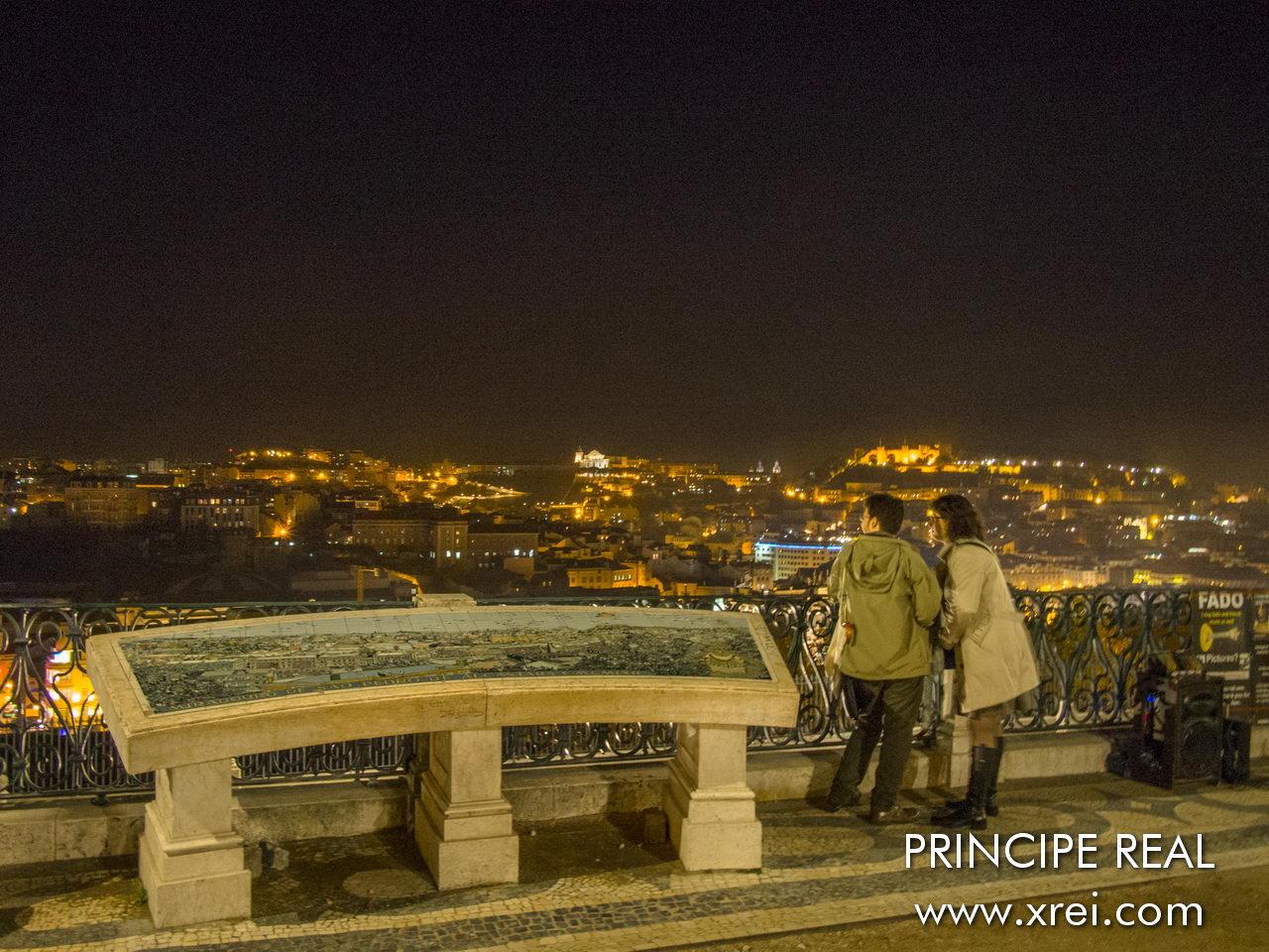 Mirador Principe Real durante ao anoitecer ganha uma atmosfera romântica mais romântica, com o brilho das luzes da cidade e a vista da silueta da cidade de Lisboa criada pela iluminação