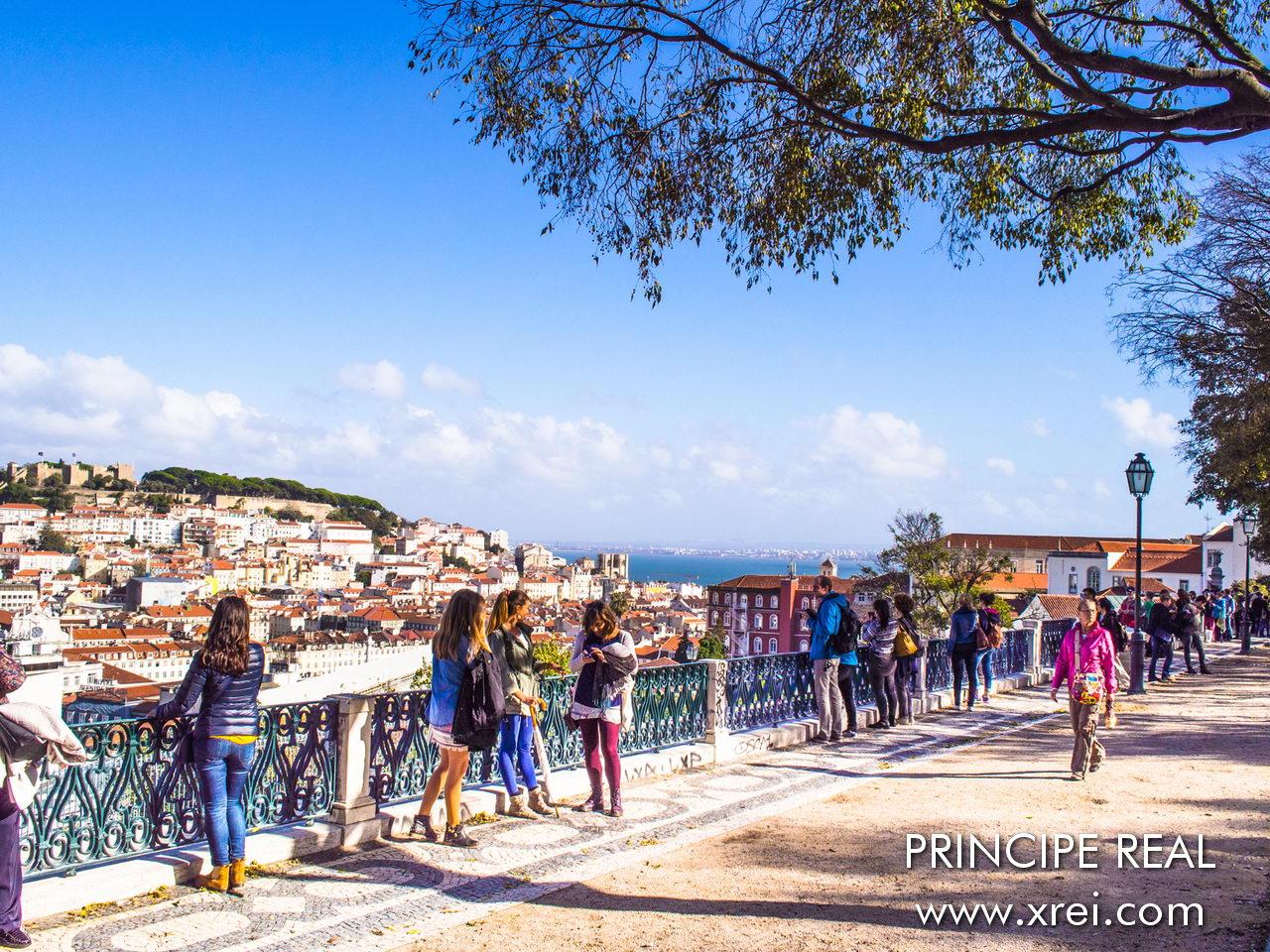 Miradouro Principe Real, São Pedro de Alcântara é um parque ajardinado situado na parte Leste do Princípe Real, no topo da encosta onde podemos disfrutar uma vista fantástica sobre a Baixa lisboeta, sobre a costa do Castelo, a Mouraria, e o rio Tejo