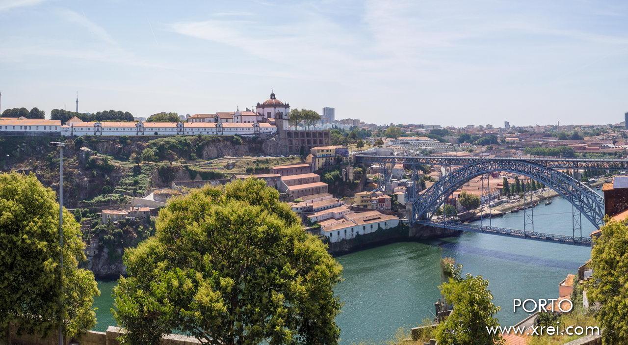 Monasterio de la Serra do Pilar, uno de los edificios más notables de la arquitectura clásica europea. La iglesia fue clasificada como Monumento Nacional en 1910. En 1996, el Puente Luís I y el Centro Histórico de Oporto fueron clasificados como Patrimonio de la Humanidad por la Unesco