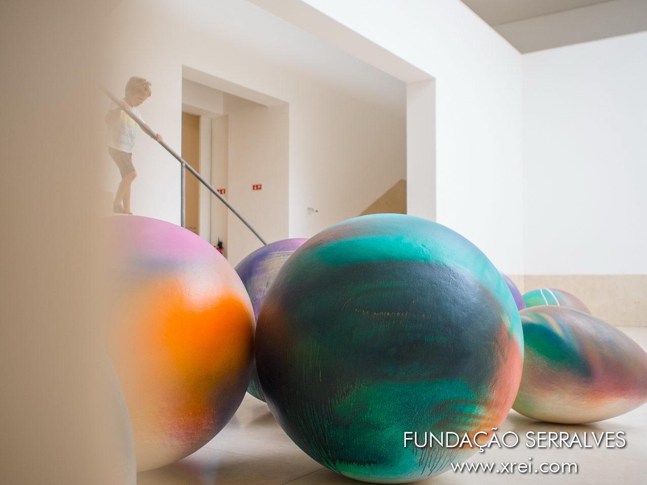 Museo de arte contemporáneo de la Fundación Serralves con varias exposiciones temporales cada tres meses, que interactúan con el Parque Serralves y la Casa Serralves