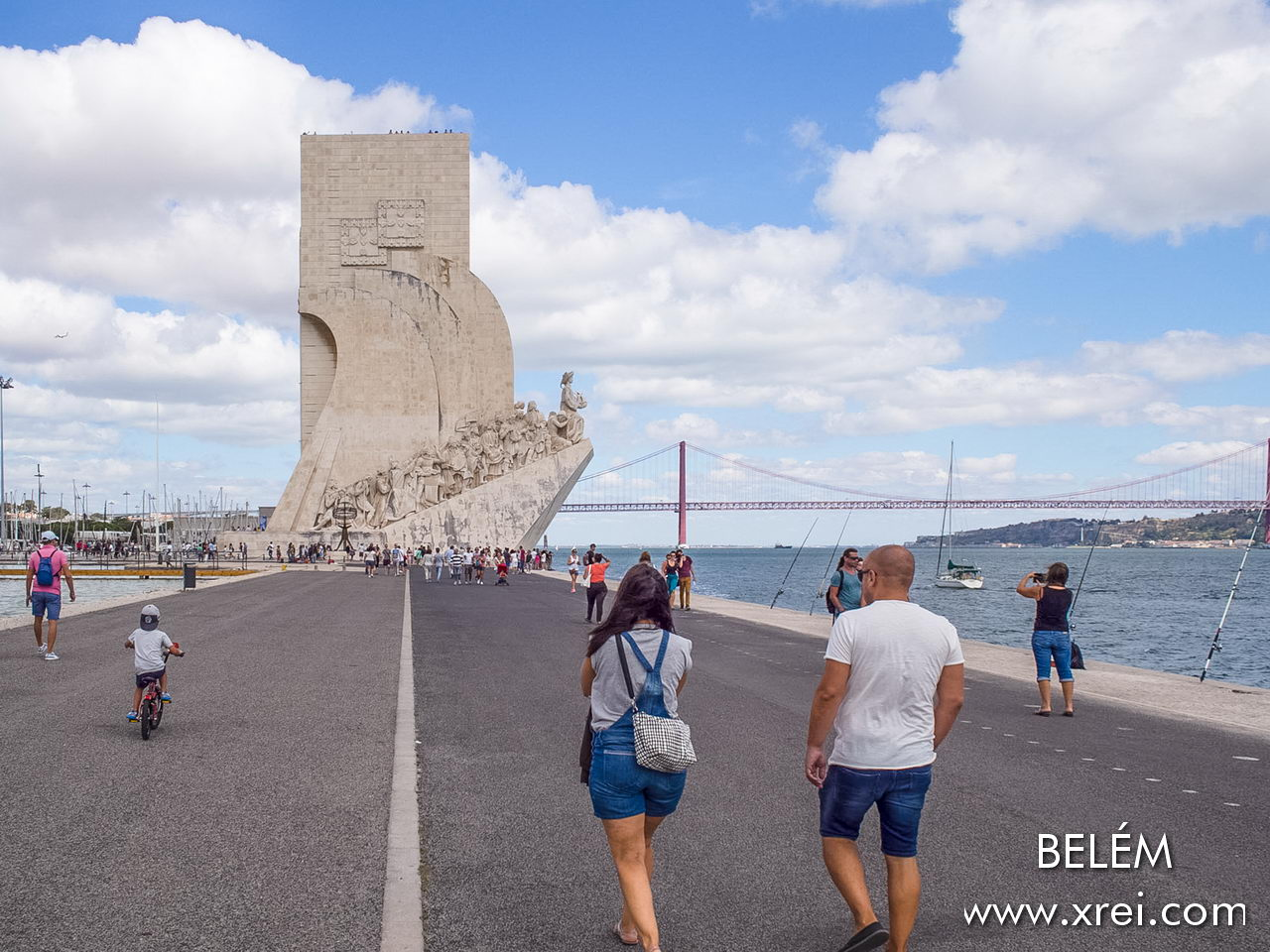 Padrão dos Descobrimentos is one of the great attractions of Lisbon, a monument decorated with 33 statues of the figures of Portuguese discoveries built in Belém facing the river in honor of Infante Dom Henrique, with exhibition halls alluding to the theme of Portuguese discoveries, an auditorium and a viewpoint that allows a panoramic view of Belém and the Tagus river.