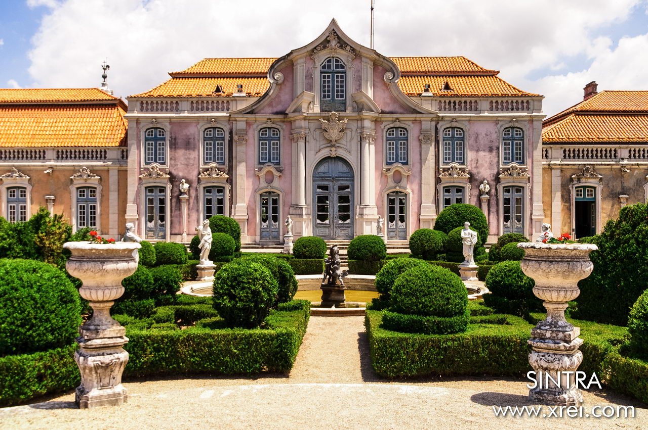 The gardens of the Queluz Palace are composed of several attractions ranging from lakes, to statues, botanical garden, canal of tiles, where floodgates allow the passage of the Jamor River