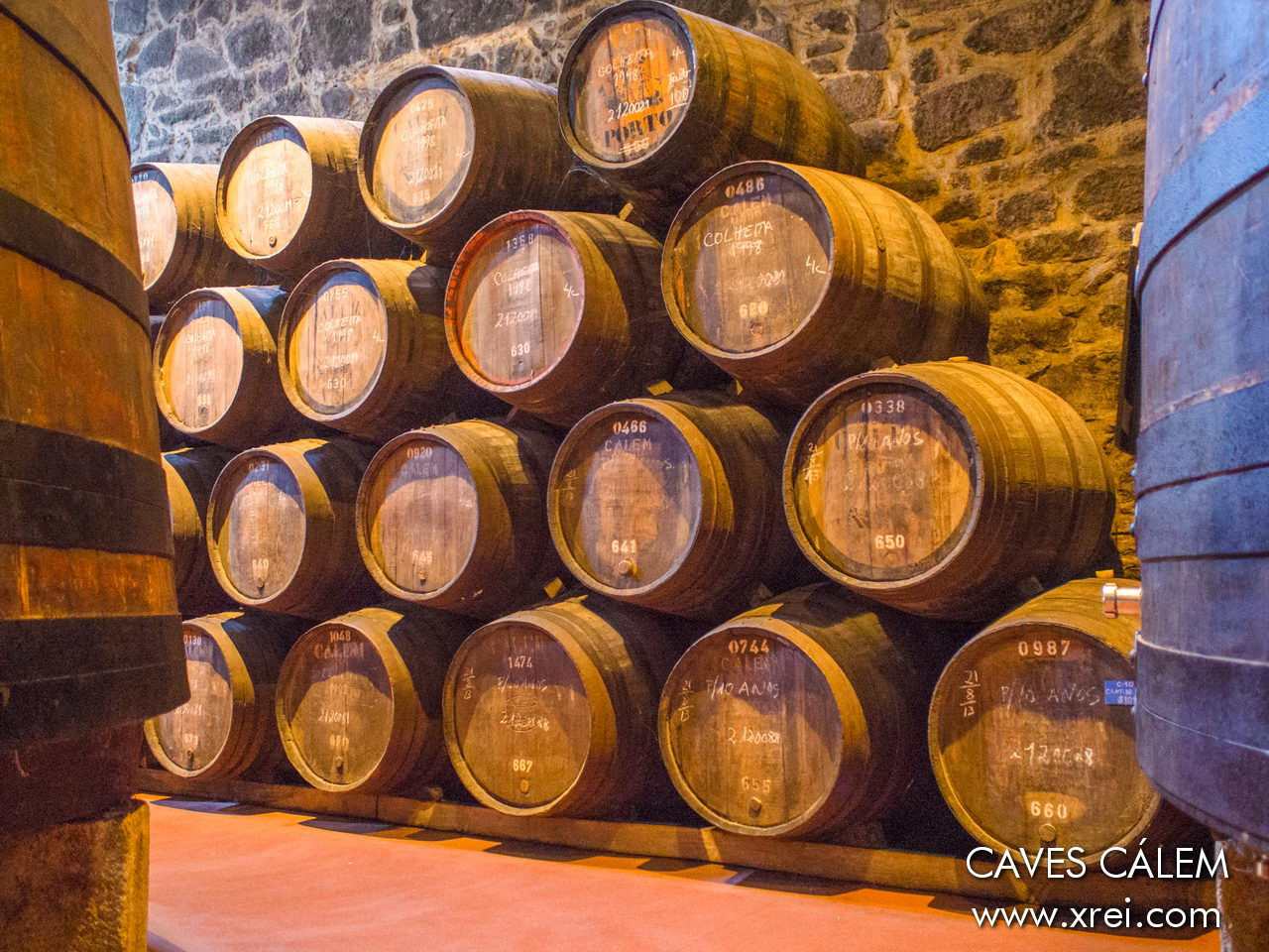 Barriles de vino almacenados con la cosecha de 1998 en las bodegas CALÉM de Vila Nova de Gaia