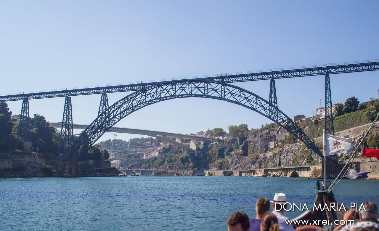 Puente Dona Maria Pia, el puente más antiguo de Oporto con conexión entre Oporto y Vila Nova de Gaia, inaugurado el 4 de noviembre de 1877
