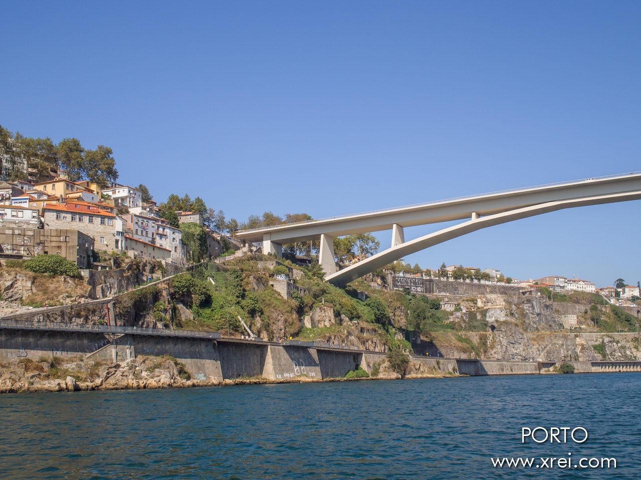 Ponte Infante Dom Henrique, comúnmente conocido como Ponte do Infante, es un puente de carretera que conecta Vila Nova de Gaia con Oporto.