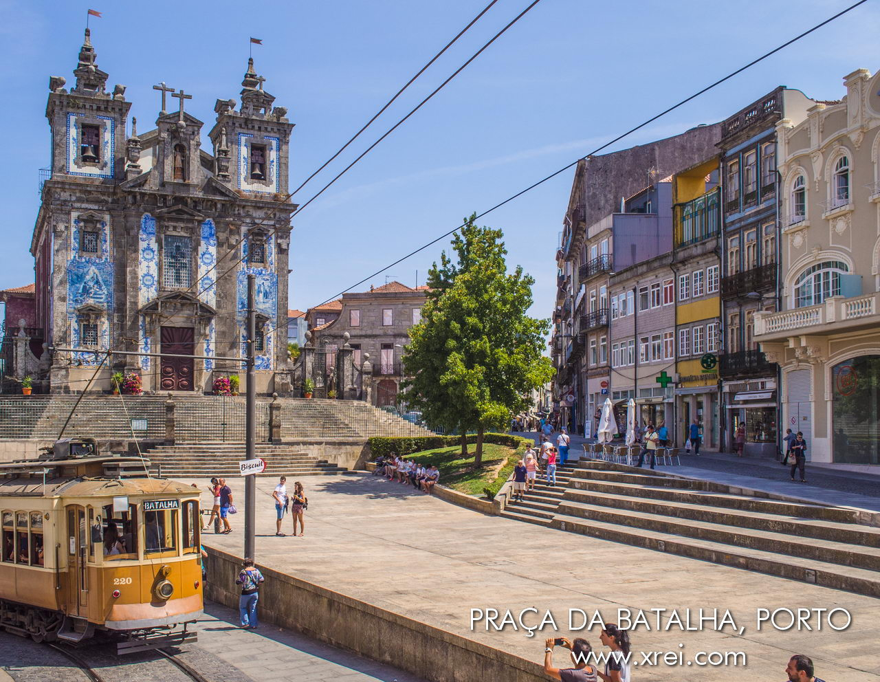Plaza Batalha con la Iglesia de Santo Ildefonso y el tranvía típico de Oporto