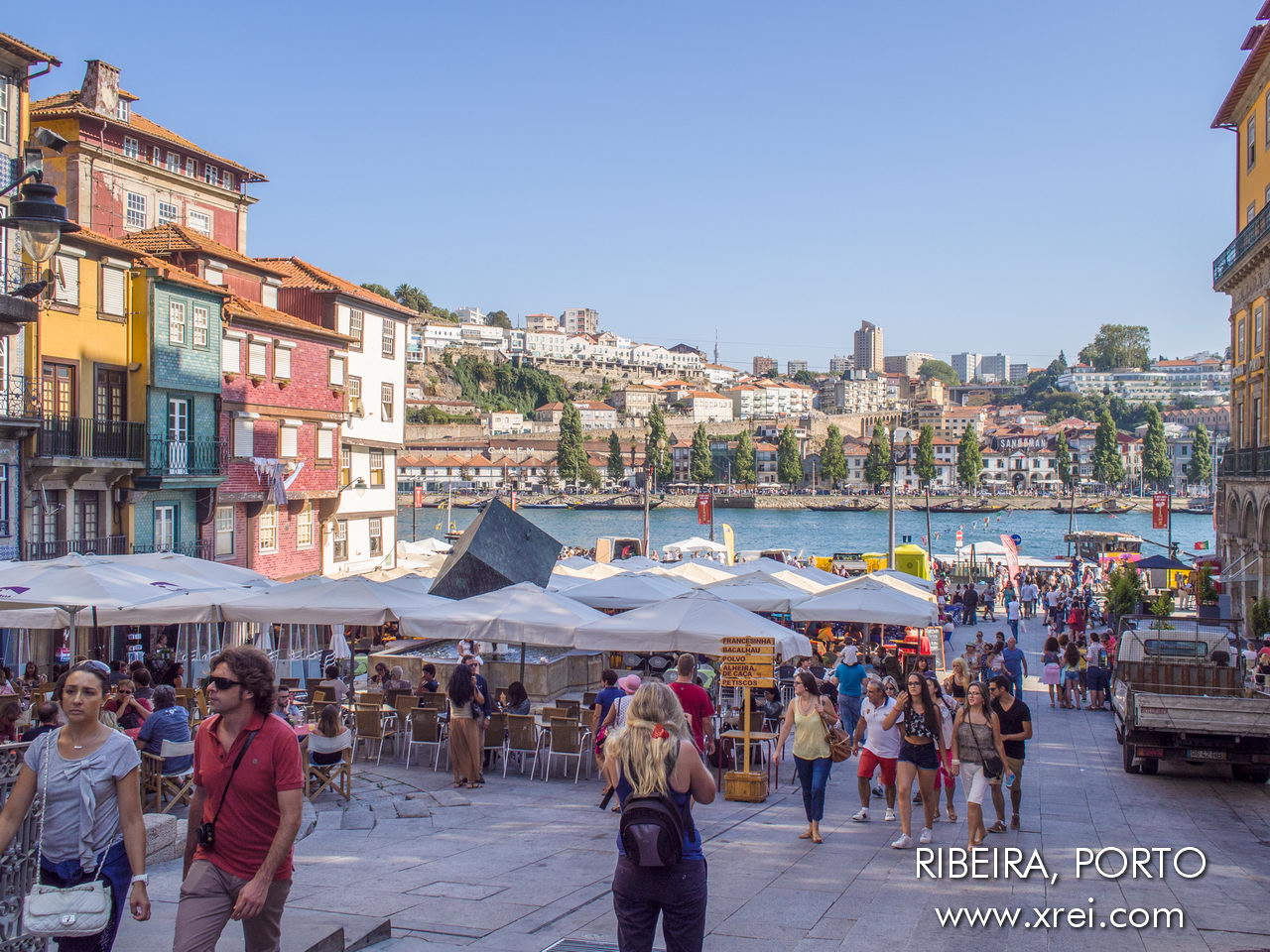 "Praça da Ribeira, en la costa de Oporto, con terrazas y restaurantes, con vistas a Vila Nova de Gaia y al río Duero. Praça da Ribeira, conocida popularmente como ""Praça do Cubo"""