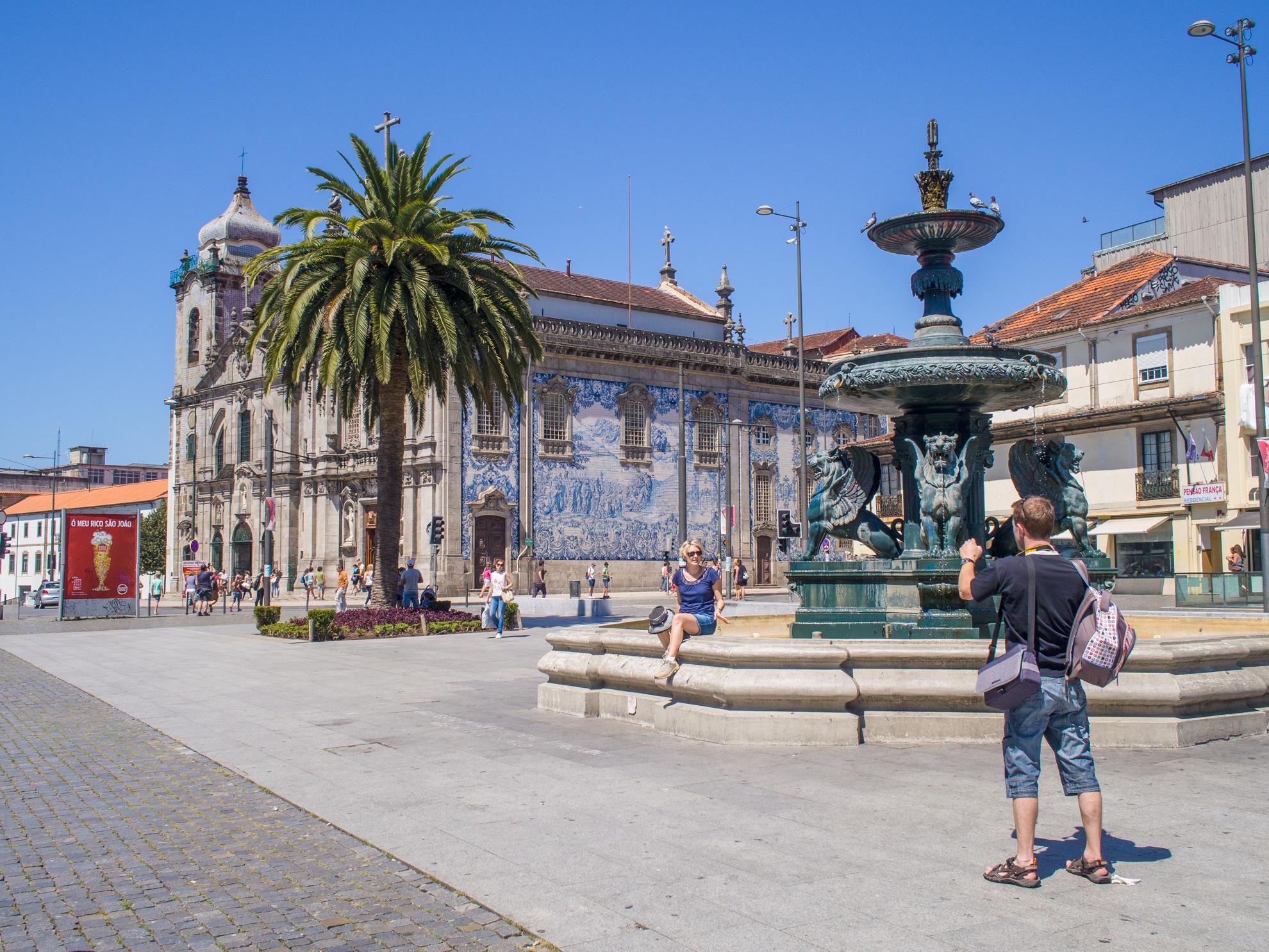 Plaza Gomes Teixeira, con la fuente de los Leones y la Iglesia del Carmo, la Iglesia del Carmelo Descalzo y la Casa Escondida, considerada la casa más estrecha de la ciudad de Oporto