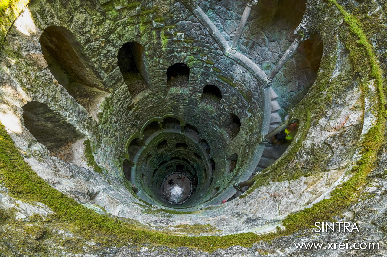 The Quinta da Regaleira Initiative Well is one of the great attractions, it consists of a spiral staircase that signifies the reproduction of Dante's Inferno and the relationship between Earth and Heaven