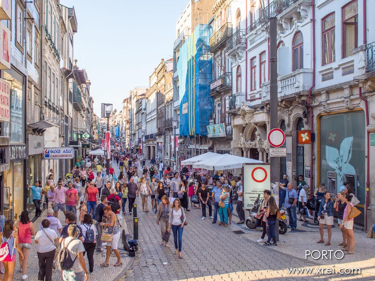 La Rua de Santa Catarina, una calle comercial al aire libre, es una de las calles más nobles y concurridas de Oporto.
