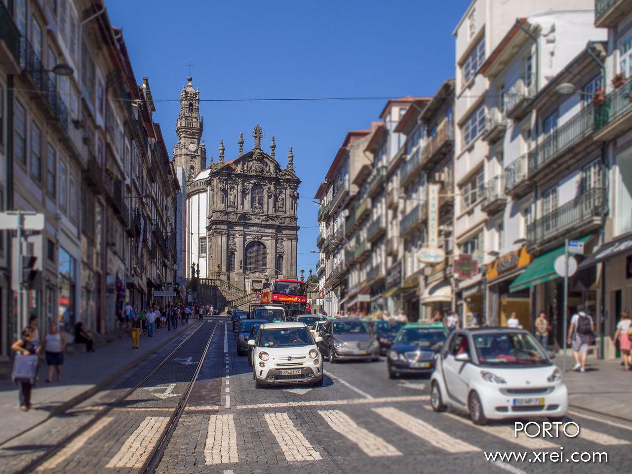 Rua dos Clérigos, con la iglesia y la Torre dos Clérigos en el horizonte