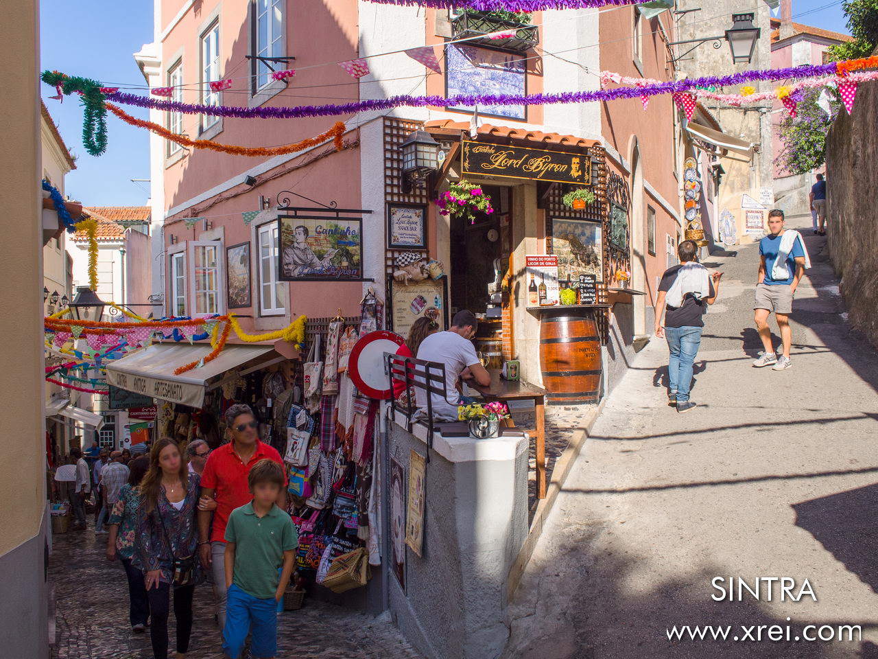 The streets of Sintra are narrow streets, with a colorful and cheerful atmosphere created by the small shop that serves the many visitors who arrive to know the various attractions ...
