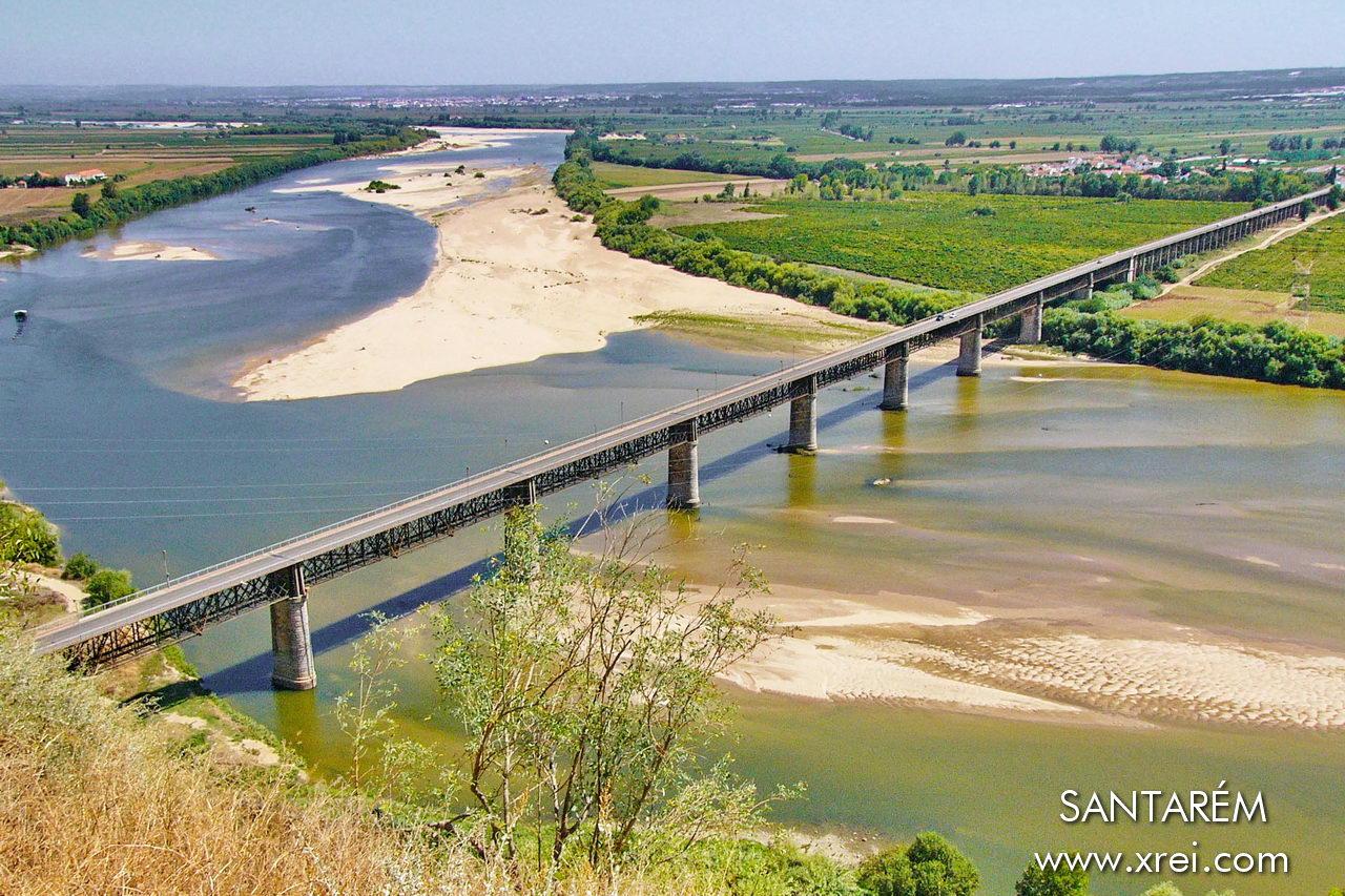 Santarém, con vista sulle Lezirias do Tejo e sul ponte Dom Luís I.