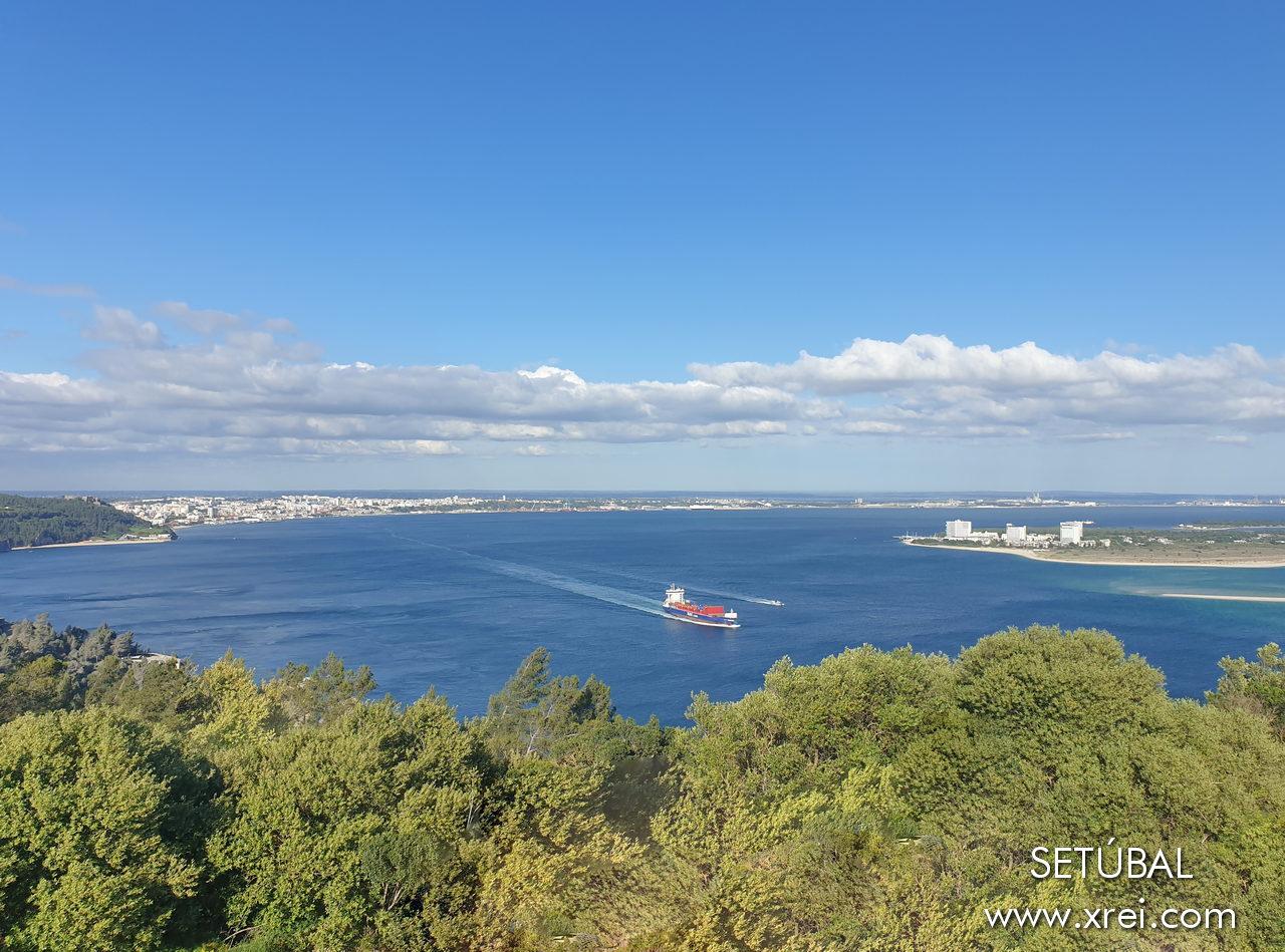 Vista de Setúbal, el río Sado y la península de Troia, desde Serra da Arrábida