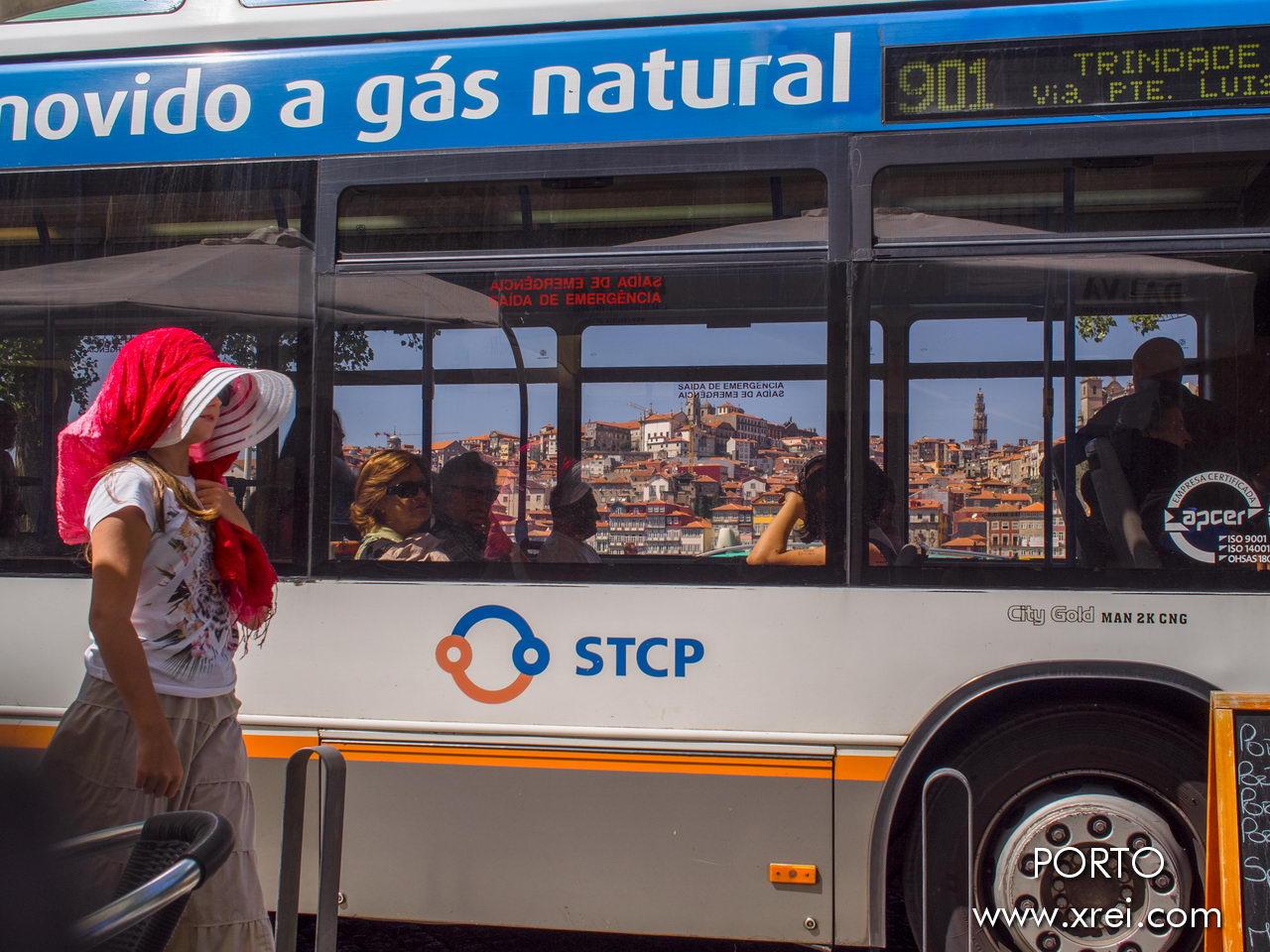 Transporte de Oporto, con la ciudad en el horizonte