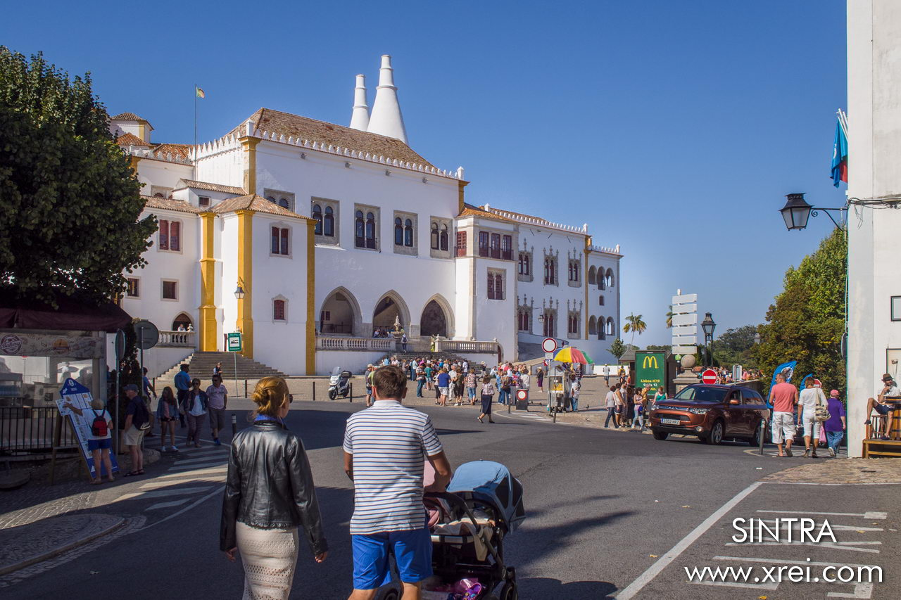 The center of the town of Sintra consists of a large square with the south decorated with the hillside on the way to the Castelo dos Mouros and the Pena Palace, and the north with the grandeur of the National Palace of Sintra