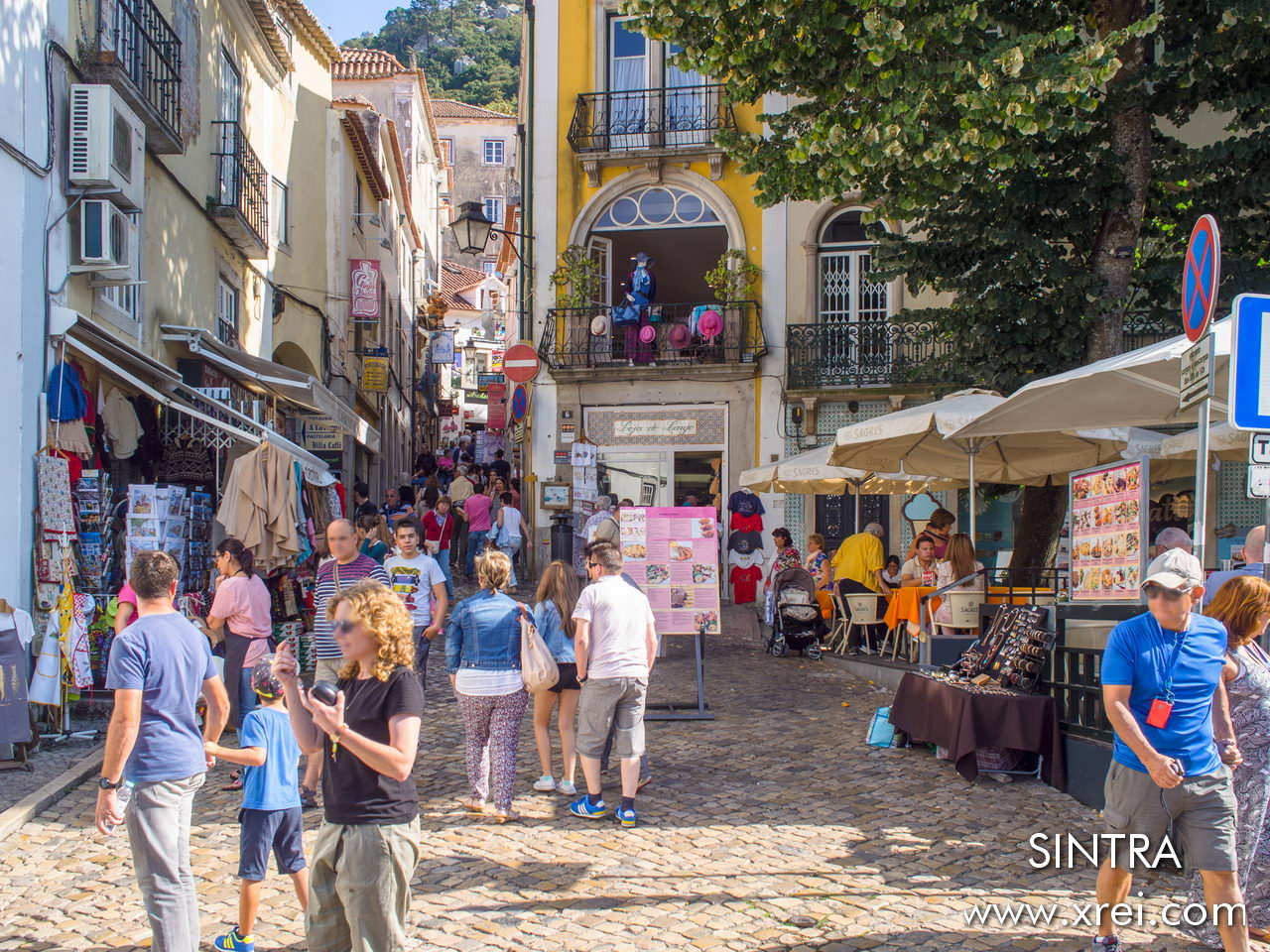 The old town of Sintra has a very traditional trade, where we find small craft shops, restaurants, bars, and the Piriquita confectionery, with the famous sintra queijadas and other sugary delicacies