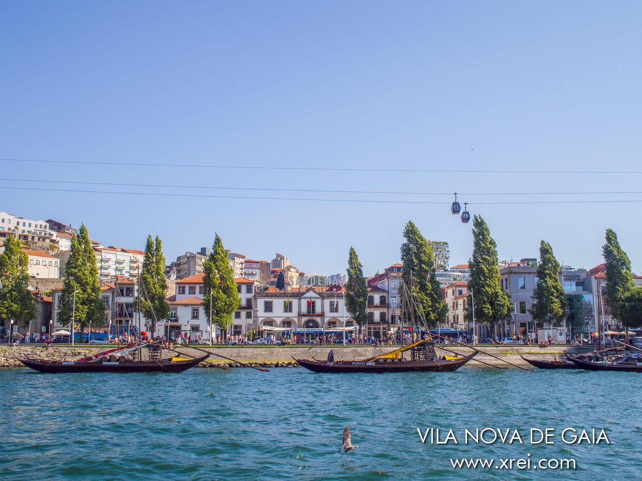 Vila Nova de Gaia, con las bodegas en la costa del río Duero, el teleférico y los barcos Rabelo, la embarcación típica portuguesa en el río Duero que tradicionalmente transportaba las cometas de Port Douro desde el Alto Douro. Actualmente, las empresas turísticas están disponibles para viajes turísticos con visitantes de la ciudad.