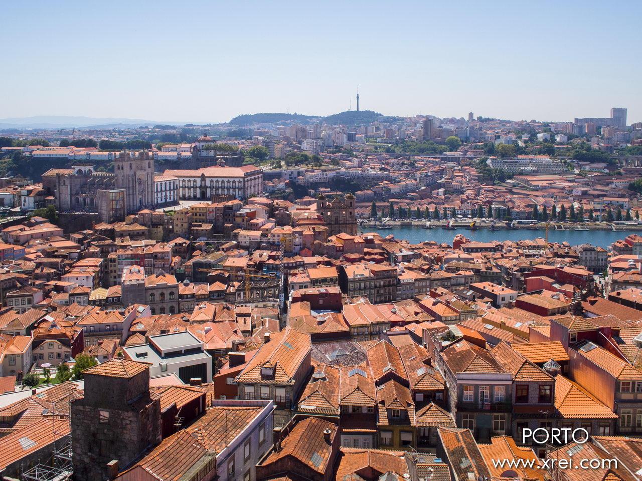 Vista desde la torre de los clérigos, los tejados de los edificios de Oporto, la Catedral, la iglesia de São Lourenço, el río Duero y la orilla sur