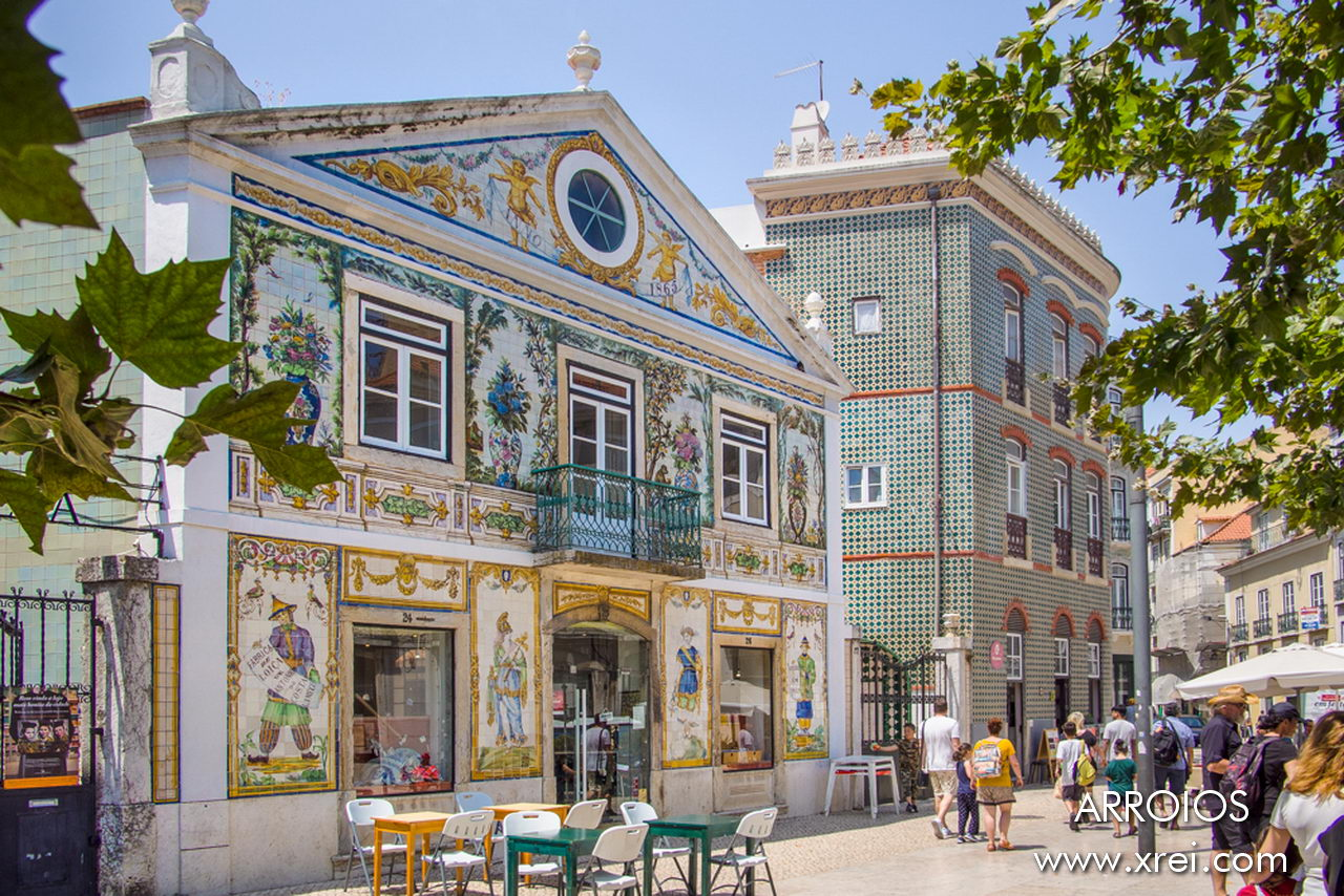 Building classified as a property of public interest, it is currently the store of the Viúva Lamego Ceramics Factory. The Viúva Lamego Ceramics Factory has been creating unique tiles since 1849 using handmade methods